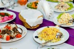 开胃菜和沙拉在宴会桌上 免版税图库摄影