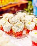 开胃菜在蕃茄床上的芝麻菜奶油甜点  免版税库存照片