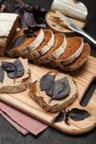 开胃菜在面包的鸡肝头脑 可口早餐 库存照片