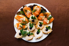 开胃菜在餐馆切了在一个盛肉盘的鱼在桌上 库存照片