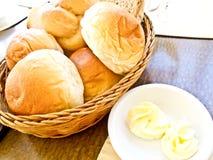 开胃菜在黄油上添面包 库存图片