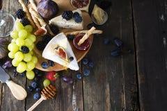 开胃菜地中海午餐奥得河晚餐的桌概念 烹调意大利语的食品成分 顶上的视图 复制空间 免版税库存图片