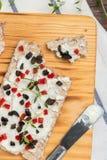 开胃菜多士用乳酪、红色甜椒、橄榄和麝香草 免版税图库摄影