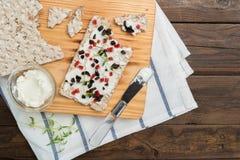 开胃菜多士用乳酪、红色甜椒、橄榄和麝香草 库存图片