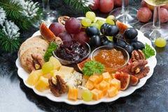 开胃菜对假日-乳酪、果子和果酱 免版税库存图片