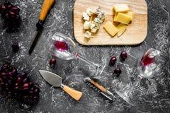 开胃菜帕尔马干酪、乳酪与蓝色模子和红葡萄 库存照片
