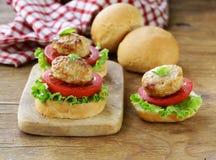开胃菜微型汉堡蕃茄、莴苣和肉丸 免版税库存照片