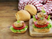 开胃菜微型汉堡蕃茄、莴苣和肉丸 库存图片