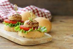 开胃菜微型汉堡蕃茄、莴苣和肉丸 库存照片