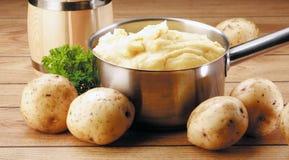土豆和纯汁浓汤 库存图片