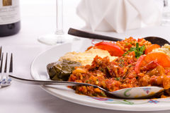 开胃菜有土耳其语的Ezme, Hummus, Babaganoush a取样器板材 免版税库存图片