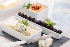 开胃菜板材用青纹干酪和橄榄 免版税图库摄影