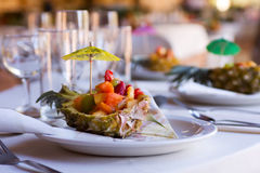 开胃菜果子接收沙拉服务的婚礼 免版税图库摄影