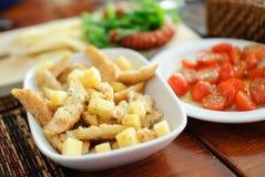 开胃菜油煎方型小面包片和干酪 免版税库存照片
