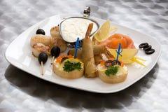 开胃菜海鲜 在白面包,切片的鱼子酱三文鱼,用油酥点心快餐虾, 免版税库存照片