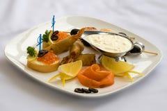 开胃菜海鲜 在白面包,切片的鱼子酱三文鱼,用油酥点心快餐虾, 图库摄影