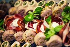 开胃菜滚动用肉和烟肉 免版税库存照片