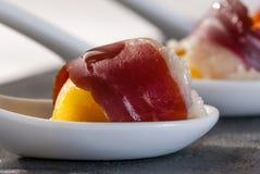 开胃菜火腿和鸡蛋在瓷匙子 库存图片