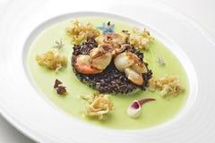 开胃菜炖了扇贝和黑米在豌豆奶油 库存图片