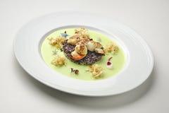 开胃菜炖了扇贝和黑米在豌豆奶油 免版税图库摄影
