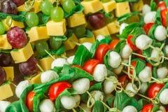 开胃菜点心乳酪用在竹串的白色和红葡萄 库存照片