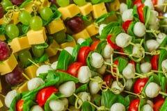 开胃菜点心乳酪用白色和红葡萄和薄菏在竹串 图库摄影