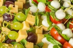 开胃菜点心乳酪用白色和红葡萄和薄菏在竹串 库存图片