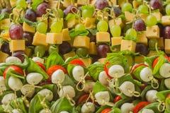 开胃菜点心用在竹串的白色和红葡萄 库存照片