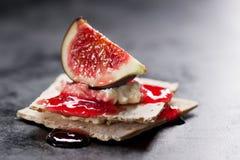 开胃菜点心用无花果、果酱和乳酪在一个小面包 图库摄影