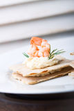 开胃菜点心用虾、乳酪和莳萝在一个小面包 库存照片