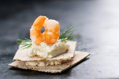 开胃菜点心用虾、乳酪和莳萝在一个小面包 免版税库存图片