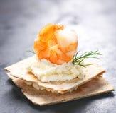 开胃菜点心用虾、乳酪和莳萝在一个小面包 免版税图库摄影