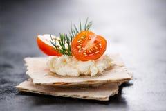 开胃菜点心用西红柿、乳酪和莳萝在一个小面包 免版税图库摄影