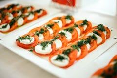 开胃菜点心用西红柿、乳酪和莳萝 库存照片