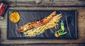 开胃菜烤了与荷兰芹柠檬切片的虾 库存照片