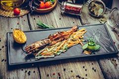 开胃菜烤了与荷兰芹柠檬切片的虾 免版税图库摄影