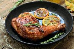 开胃菜烤鸡腿和菜 图库摄影