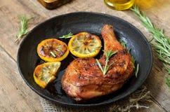 开胃菜烤鸡腿和菜 库存图片