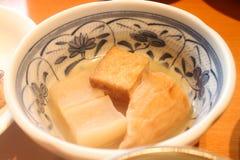 开胃菜特写镜头  与豆腐和radi的日本食物大酱汤 免版税库存照片