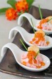 开胃菜用三文鱼奶油甜点和红色鱼子酱在服务匙子 免版税库存图片