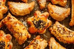 开胃菜用与各种各样的装填的油酥点心洒与种子 免版税图库摄影