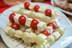 开胃菜用乳酪、蕃茄和葡萄 库存照片