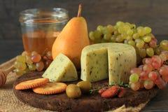 开胃菜用乳酪和果子 免版税库存照片