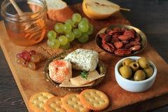 开胃菜用乳酪和果子 免版税图库摄影