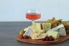 开胃菜用乳酪和果子 图库摄影