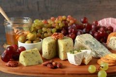 开胃菜用乳酪和果子 库存照片