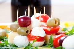 开胃菜用乳酪,无盐干酪,橄榄,新鲜的火箭,葡萄, 库存图片