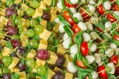 开胃菜用在竹串的白色和红葡萄 免版税库存图片