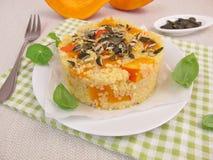 开胃菜用小米、红色kuri南瓜和南瓜籽 库存照片