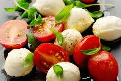 开胃菜用无盐干酪乳酪和西红柿 图库摄影
